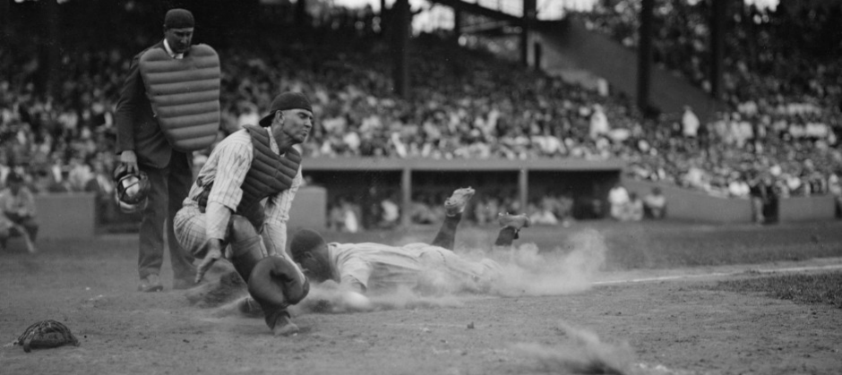 image of Lou Gehrig playing baseball